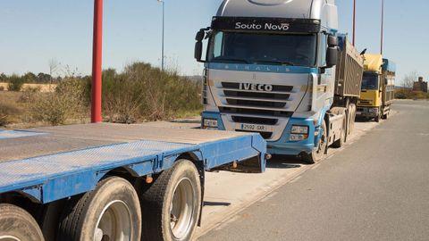 Los transportistas tienen que dejar sus vehículos en los polígonos, como As Gándaras de Lugo, por falta de un lugar seguro