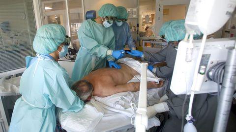 Un paciente conectado a un respirador en la uci covid del Marcide y que debe estar boca abajo