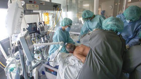 Sanitarios atendiendo a un enfermo sedado de covid en la uci del área sanitaria de Ferrol