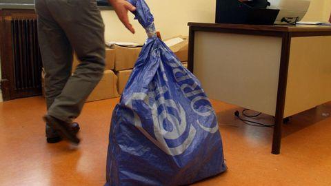 Una saca con votos de la emigración en las elecciones gallegas del año 2005