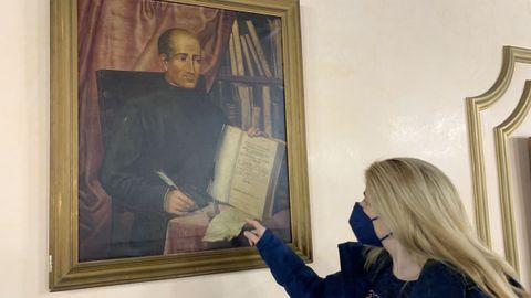 La concejala del PP Beatriz Vázquez ante el retrato del doctor Castro en el salón de plenos de Lugo