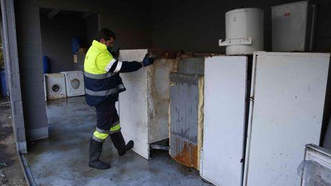 Restos de chatarra y grandes electrodomésticos en el punto limpio de Pontevedra