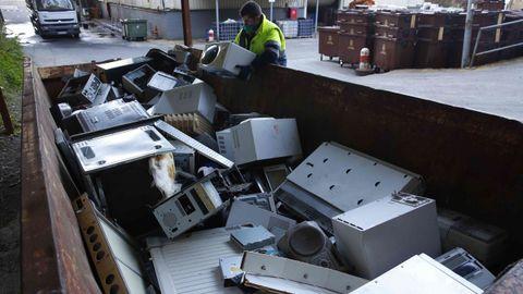 Restos de material electrónico en el punto limpio de Pontevedra, situado en el polígono de O Campiño