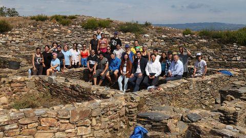 Jóvenes gallegos y lucenses que viven en el extranjero y participan en los campos de voluntariado que promueve la Xunta, como en el castro de Castromaior, en Portomarín