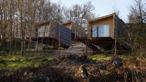 El uso de madera para la construcción de las cabañas ha permitido que pasen casi desapercibidas al mimetizarse con el paisaje
