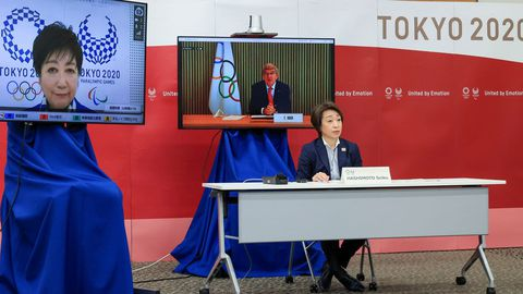 Un momento de la reunión entre el presidente del COI Thomas Bach (en la pantalla), la presidenta del comité organizador, Seiko Hashimoto, y la gobernadora de Tokio, Yuriko Koike (en la pantalla de la izquierda)