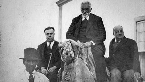 Miguel de Unamuno acompañado por Ramón Castañeyra (con bastón), en Fuerteventura