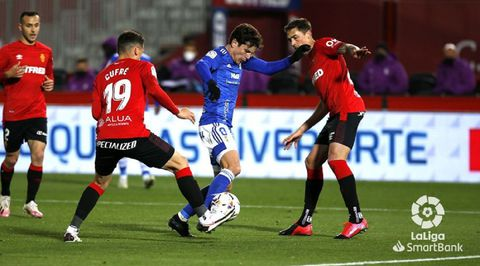Marco Sangalli disputa un balón ante Cufré y Raíllo durante el Mallorca-Oviedo