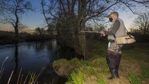 Un pescador, en el río Grande, a su paso por Vimianzo