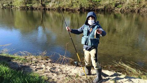 El jovencísimo Aaron Iglesias, de siete años, en el Xallas, a su paso por Zas
