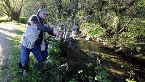 Un pescador en el río Armenteira, afluente del Umia