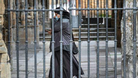 Una religiosa acude a misa en la Catedral de Oviedo