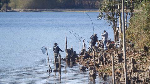 Pescadores en el embalse de As Forcadas, en Ferrol