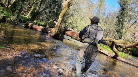 Primer día de pesca en el Deva, en A Cañiza
