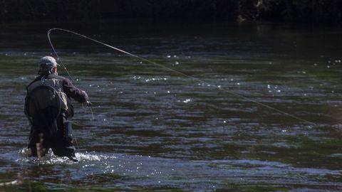 Un pescador, en el río Tambre, en la zona de Chaián