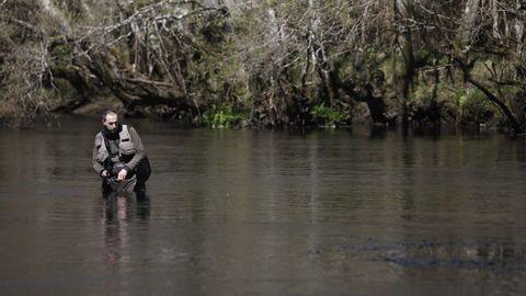 Pescador en el coto de Baamonde, en el río Parga