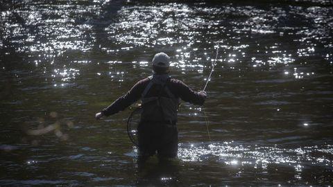 Pescador, en el río Tambre, en la zona de Chaián