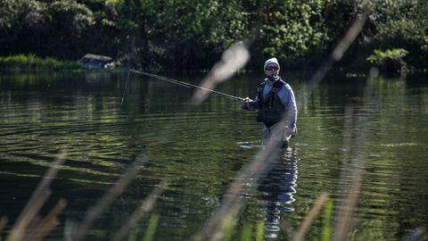 Pescadores en el río Avia, a la altura de A Veronza