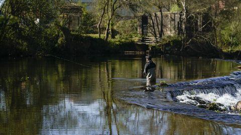 Pescadores en el río Avia, en A Veronza