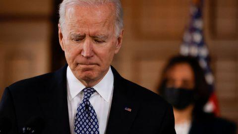 El presidente Joe Biden y la vicepresidenta Kamala Harris (detrás), en una imagen de archivo