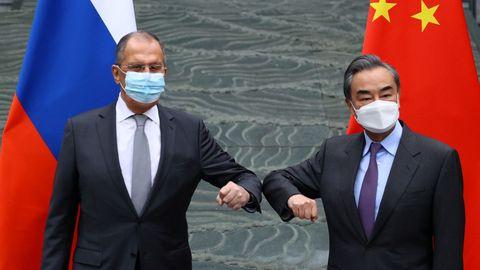 Los ministros de Exteriores ruso y chino, durante su encuentro de este lunes
