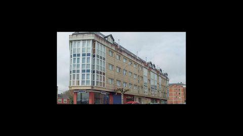 En este edificio de la avenida Terra Chá, 190-192, de Vilalba, se venden variios pisos, entre 27.000 y 44.000 euros