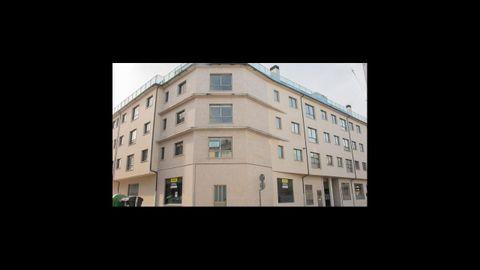 Pisos y garajes en Sarria. 4 pisos de tres habitaciones en Rúa Nova con Pedro Saco. 75.000€. También 27 plazas de garaje, a 5.220 euros cada uno