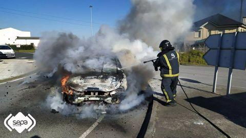 Incendio de un turismo en Jarrio