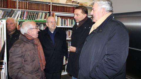 El sacerdote palense, el segundo por la izquierda, con el alcalde y excalcalde en el 2014