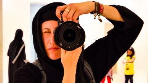 Inma con el «hiyab», obligatorio para las mujeres en la gran mezquita de Abu Dabi, en el 2015