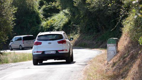 A estrada LU-636 ten mal firme, é pouco ancha e carece de sinalizacións