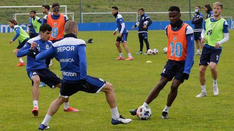 Uche, Bergantiños y Villares, durante un entrenamiento en Abegondo