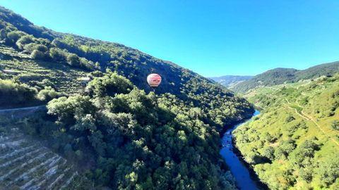 Un globo aerostático de la empresa Aerotours sobrevuela la Ribeira Sacra del Miño, en una imagen de agosto del año pasado