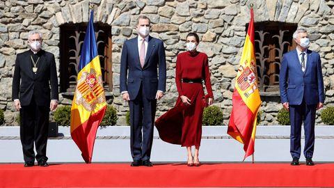 Los reyes Felipe y Letizia junto al arzobispo de Urgell, Joan Enric Vives (i), y el representante de Francia, Patrick Strzoda (d), posan ante la Casa de la Vall, a su llegada Andorra la Vella, en el primer días de su visita de Estado de dos días a Andorra, la primera que protagoniza un monarca español al país pirenaico