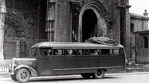 Uno de los autocares Dodge comprados por Franco para hacer las «Rutas de Guerra Civil», frente a la Catedral de Oviedo. Con ellos paseaban a turistas por los lugares de combate, incluso antes de terminar el conflicto