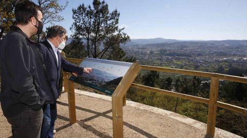 El alcalde, MIguel Anxo Fernández Lores, cuando visitó las obras de A Tomba hace un par de meses, en uno de los miradores ahorea dañados