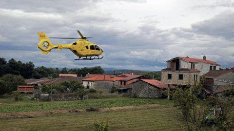 Fotografía de archivo del helicóptero de emergencias sanitarias de Ourense, en el rescate de un herido en accidente laboral en una aldea de Pantón