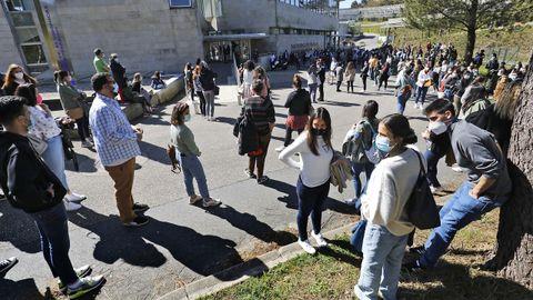 Aspirantes accediendo a las pruebas del mir en la Facultade de Económicas del Campus Universitario de Vigo, que fue elegido como una de las sedes para la realización de la prueba tras 42 años sin acogerlas