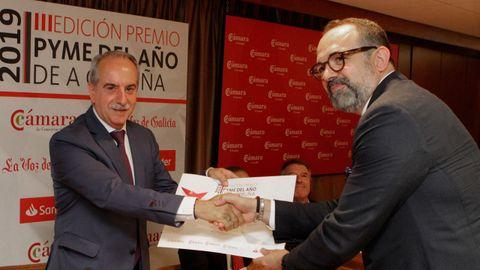 Antonio Couceiro, entregando el premio Pyme del Año 2019 al gerente de Genesal