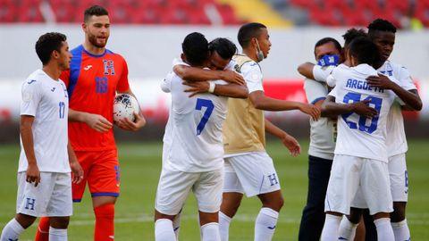 Jugadores de Honduras celebran el triunfo contra Estados Unidos