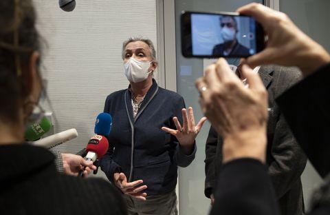 La neumóloga francesa Irene Frachon habla con los medios de comunicación tras el veredicto del juicio 'Mediator' en el juzgado de París en París,