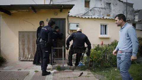 Agentes de la Policía intervienen en A Coruña, en el barrio de A Sardiñeira, ante una okupación