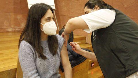 El proceso de vacunación se está desarrollando en el salón de plenos del Hospital do Salnés