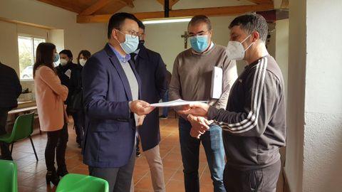 El conselleiro de Medio Rural, José González (a la izquierda), y el alcalde de Castro de Rei, Francisco Balado (en el centro), en el acto de entreg¡a