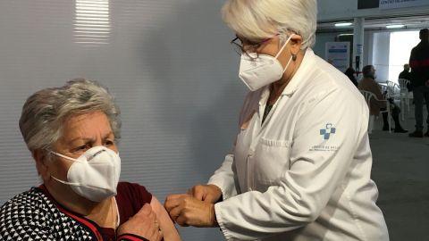 Una mujer se vacuna en el área sanitaria VII