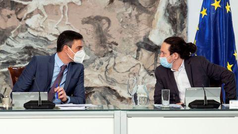 Pablo Iglesias habla con Pedro Sánchez en su último Consejo de Ministros