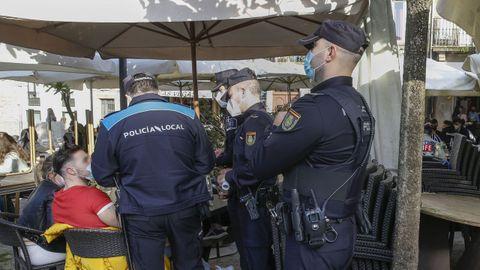 En una imagen de archivo, uno de los controles conjuntos que realiza a diario la Policía Local y la Nacional en Santiago para vigilar el cumplimiento de la normativa covid en la hostelería