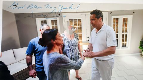 Fotografía cedida por la abogada Gloria Allred donde aparece el gobernador Cuomo saludando a la empresaria Sherry Vill