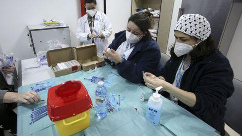 Sanitarios del área preparando vacunas