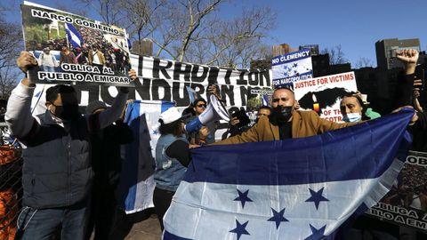 A las puertas de las cortes neoyorquinas, medio centenar de hondureños festejaron la sentencia de cadena perpetua entre vítores y cánticos